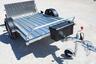 Навесной багажный ящик Blackit с установкой около крыла лодочного прицепа